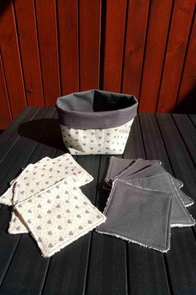Une corbeille souple réversible à motif petits cœurs gris sur fond blanc, et uni gris. Avec 10 lingettes assorties en éponge. Corbeilles bases carrées de 12 sur 12 cm et 12cm de haut avec un revers de 3cm. Cherchez le Chas