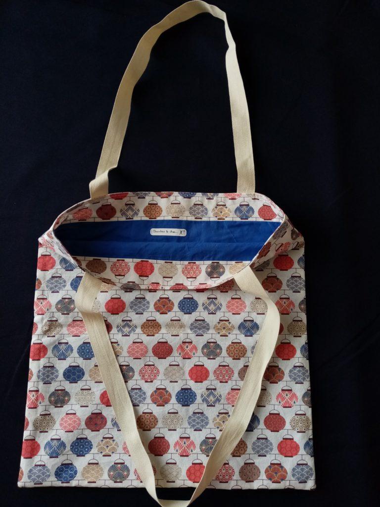 Tote bag motif lampions chinois multicolores sur fond blanc, intérieur voile de coton bleu. Cherchez le Chas.