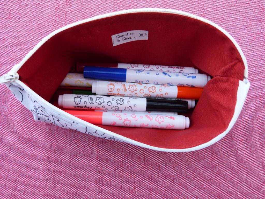 Trousse à crayons pour enfant en tissu à colorier. Extérieur coton à colorier avec des feutres fins lavables, intérieur en coton épais. Fermer par une fermeture éclair. Motifs alphabet avec des petits gugusses. Cherchez le Chas